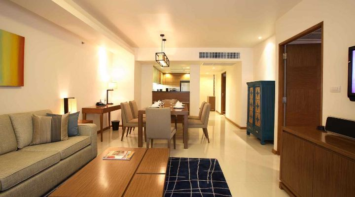 Oakwood Residence Sukhumvit Thonglor, Bangkok's two-bedroom apartment's living room