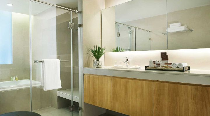 Oakwood Residence Sukhumvit Thonglor, Bangkok's three-bedroom apartment's master bathroom