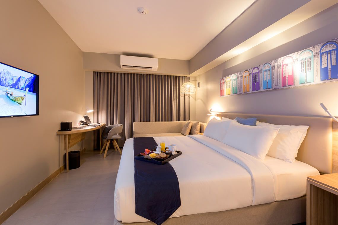 Oakwood Hotel Journeyhub Phuket's deluxe room king