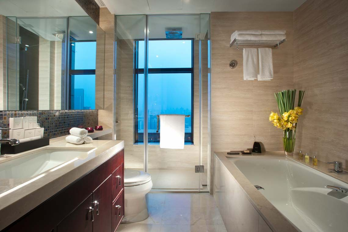 Oakwood Premier Guangzhou's one-bedroom apartment's bathroom